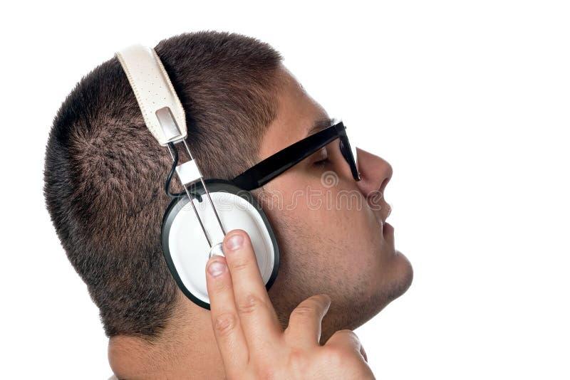 El escuchar adolescente la música foto de archivo libre de regalías