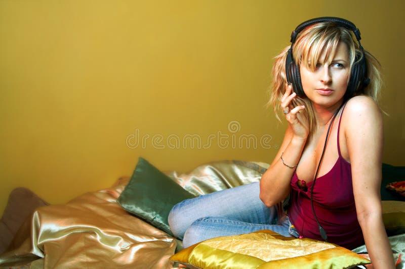 El escuchar la música imagen de archivo libre de regalías