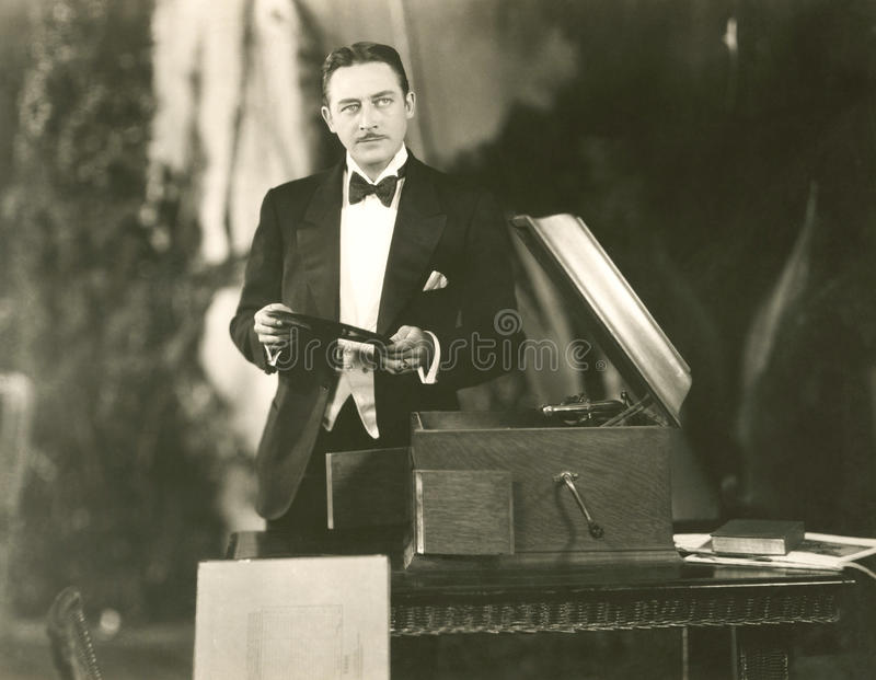 El escuchar la música la manera pasada de moda imagen de archivo libre de regalías