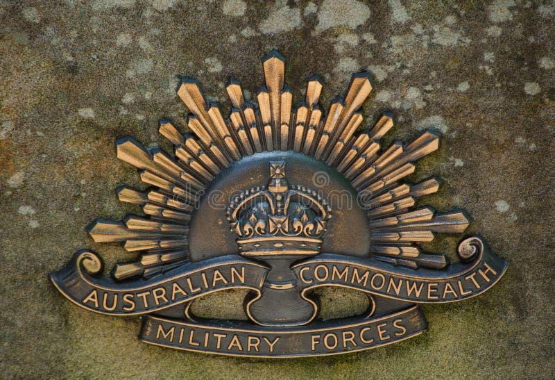 El escudo de armas australiano de las fuerzas militares de la Commonwealth atado en el monumento de guerra en Wentworth cae, parq imagen de archivo