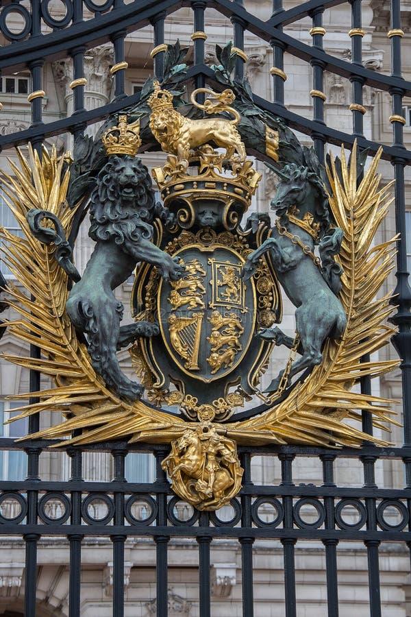 El escudo de armas real en las puertas del Buckingham Palace imágenes de archivo libres de regalías