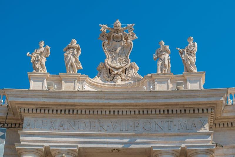 El escudo de armas y las inscripciones evocan a papa Alejandro VII en el Vaticano fotografía de archivo