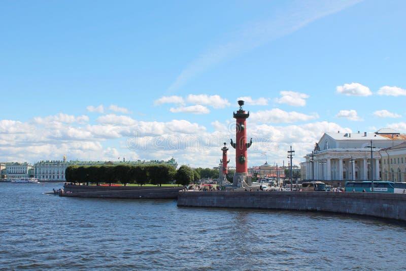 El escupitajo de Vasilyevsky Island y de las columnas rostrales St Petersburg imagen de archivo libre de regalías