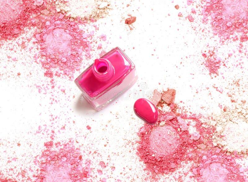 El esmalte de uñas rosado en polvo rosado machacado compone fotos de archivo libres de regalías