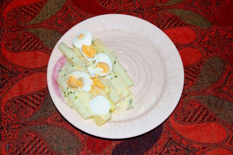 El espárrago cocinado eggs la tabla del plato de la placa del jamón, Países Bajos fotografía de archivo