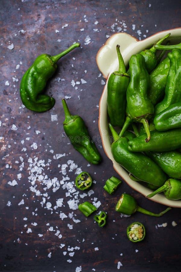 El español mexicano verde crudo sazona el jalapeno con pimienta foto de archivo
