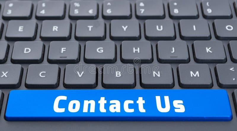 El espacio azul nos entra en contacto con botón en concepto del teclado foto de archivo