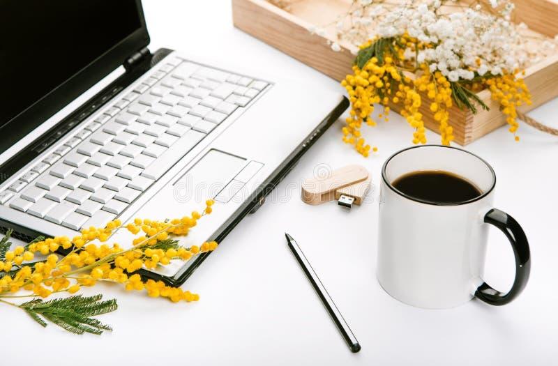 El espacio de ejecución por días de fiesta de la primavera florece el driv del flash del ordenador portátil de la oficina imagenes de archivo