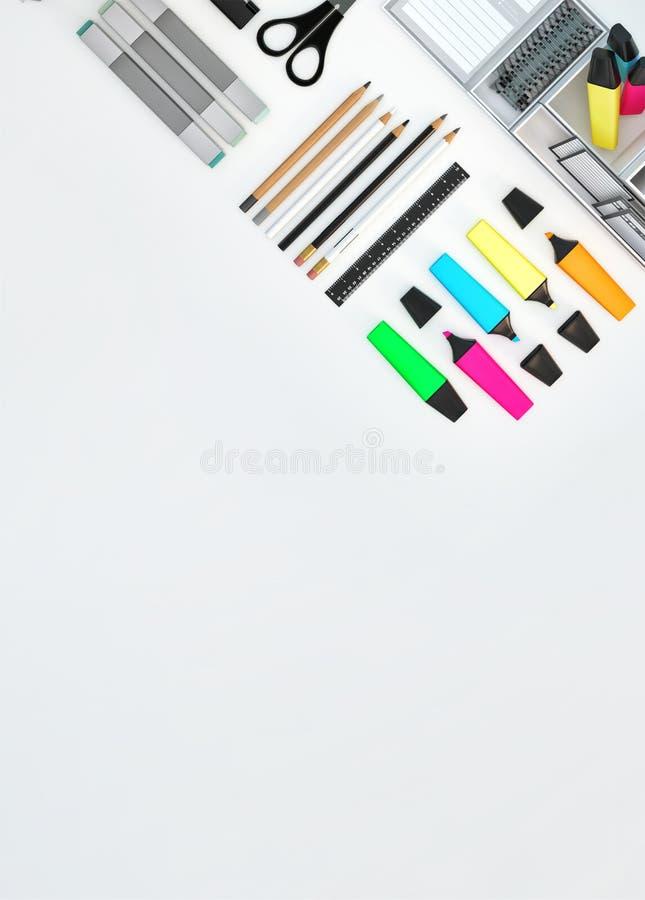 El espacio de trabajo moderno con efectos de escritorio fijó en el fondo blanco del color Visión superior Endecha plana ilustraci ilustración del vector