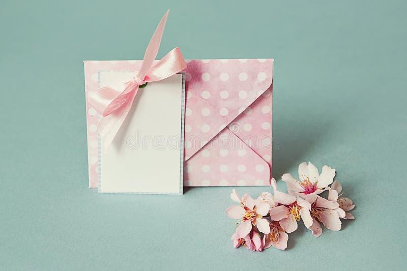El espacio en blanco agradece la tarjeta usted o de felicitación y el sobre y una rama floreciente de la primavera imagenes de archivo