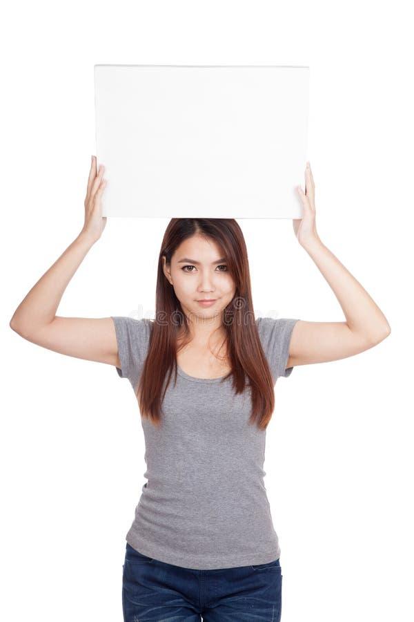 El espacio en blanco asiático joven del control de la mujer firma encima su cabeza fotos de archivo