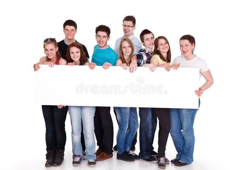 El espacio en blanco joven sonriente de los amigos canta fotos de archivo libres de regalías