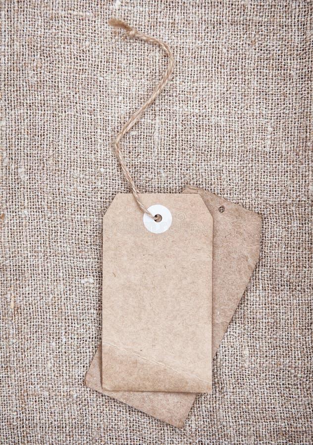 El espacio en blanco marca estilo con etiqueta retro en harpillera foto de archivo