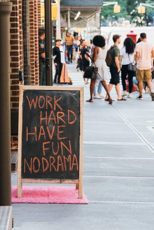 El espacio en blanco marca el soporte de la calle con tiza del tablero en Nueva York fotos de archivo