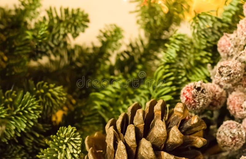 El espacio grande bajo de la copia del acebo-árbol de la pieza del cono de la Navidad de la decoración del fondo empañó el fondo  imágenes de archivo libres de regalías