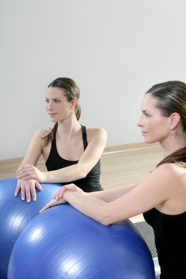 El espejo de los aeróbicos relaja la bola de la estabilidad de los pilates de la mujer imágenes de archivo libres de regalías