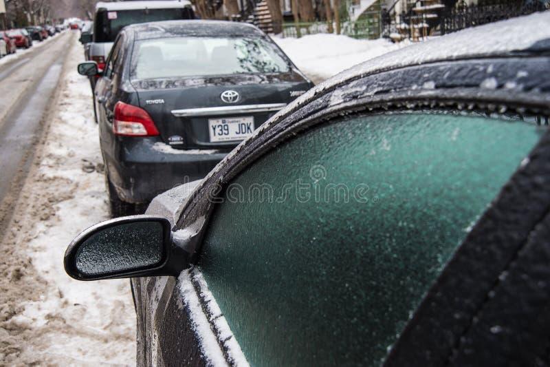 El espejo y las ventanas de coche se cubren con hielo después de lluvia sobrefundida fotos de archivo