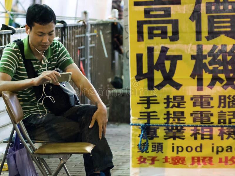 Download El Esperar Adulto De Hong Kong En La Calle Foto editorial - Imagen de ciudad, cartel: 41915426