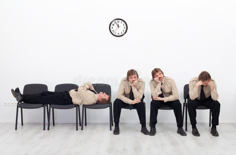 El esperar agujereado de la gente imagen de archivo
