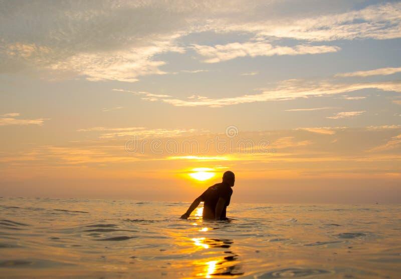 El esperar de la persona que practica surf foto de archivo