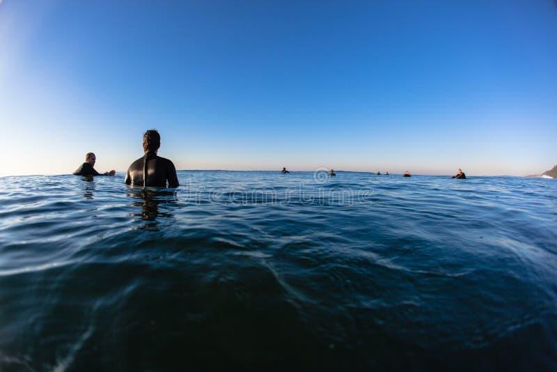El esperar de las ondas de la mañana de los jinetes del océano foto de archivo libre de regalías