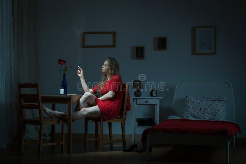 El esperar en la noche imagen de archivo