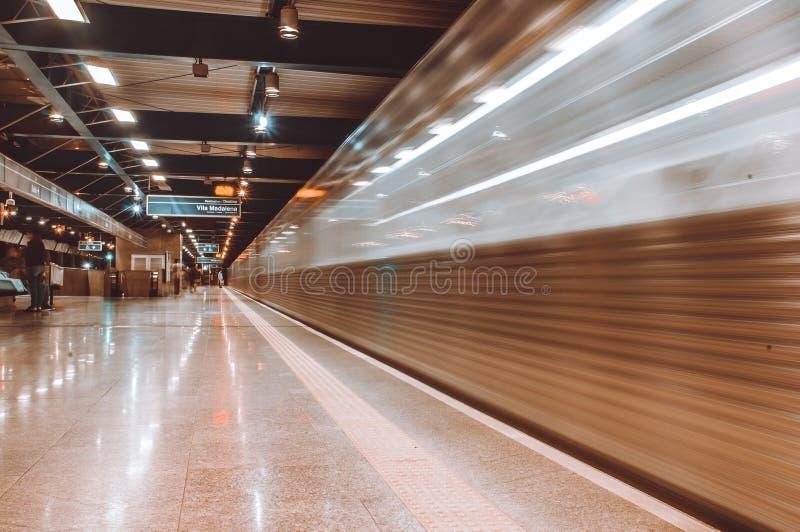 El esperar en una estación de metro imagen de archivo