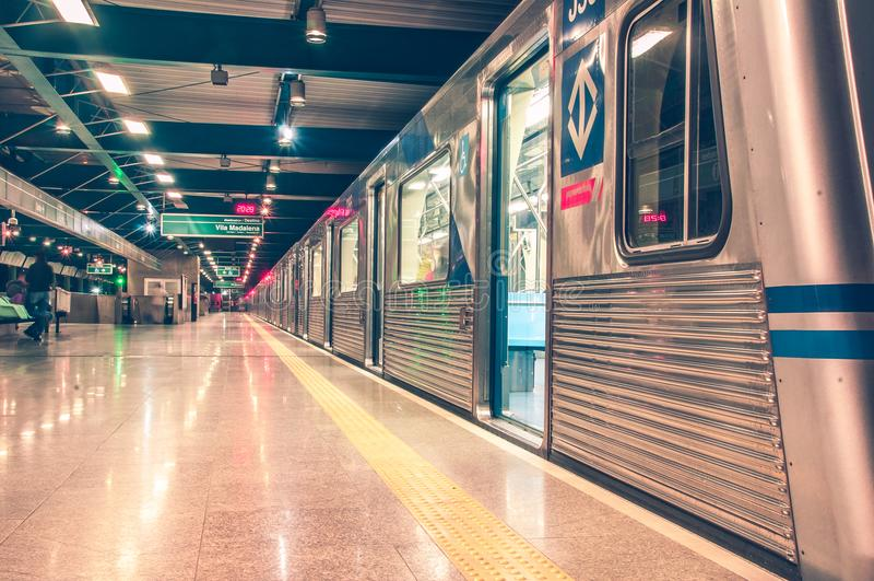 El esperar en una estación de metro fotografía de archivo