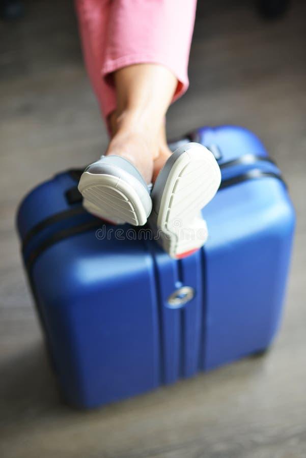 El esperar hermoso de la mujer retrasado o vuelo de la conexión con equipaje en aeropuerto fotografía de archivo
