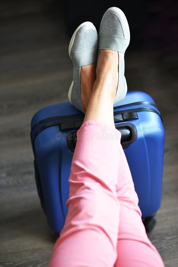 El esperar hermoso de la mujer retrasado o vuelo de la conexión con equipaje en aeropuerto fotos de archivo libres de regalías