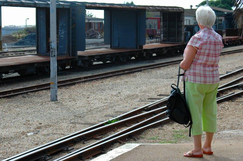 El esperar mayor de la mujer foto de archivo