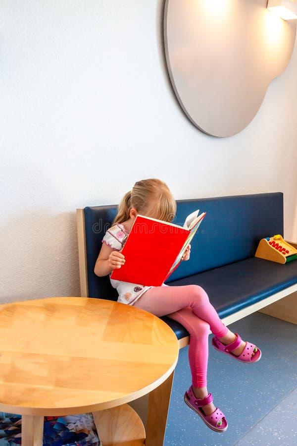 El esperar paciente de la niña en la sala de los doctores espera fotografía de archivo