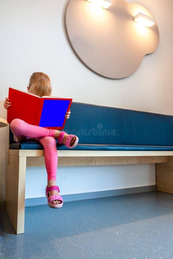 El esperar paciente de la niña en la sala de los doctores espera fotografía de archivo libre de regalías