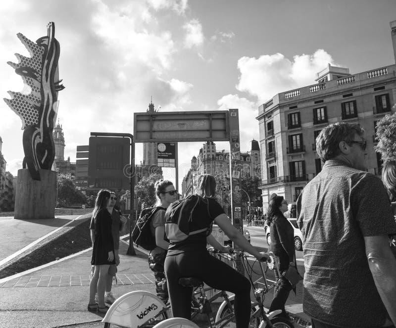 El esperar para cruzar la calle ocupada de Sota Muralla del Pas en la puesta del sol imagen de archivo libre de regalías