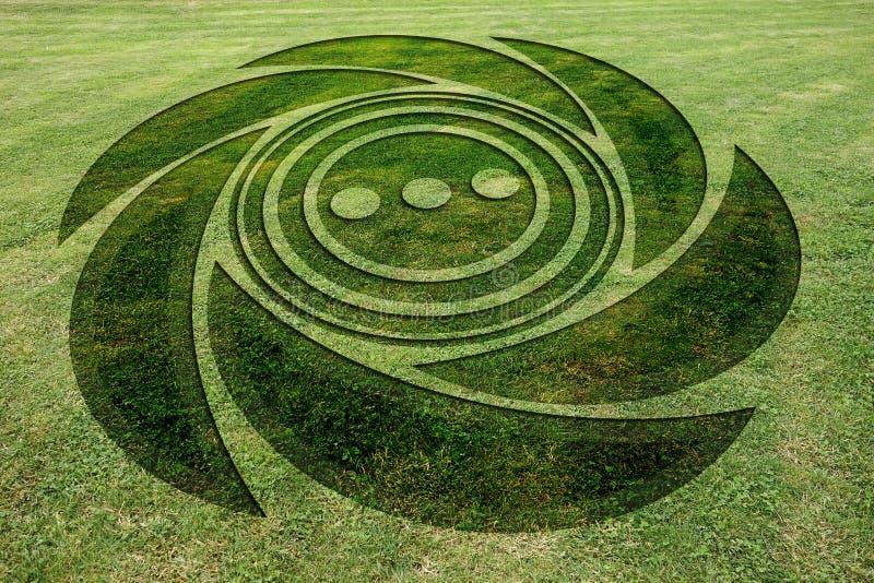 El espiral concéntrico circunda el prado falso del círculo de la cosecha imagenes de archivo