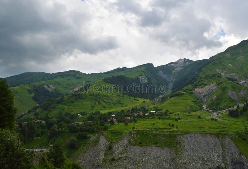 el esplendor de las montañas del Cáucaso fotos de archivo libres de regalías