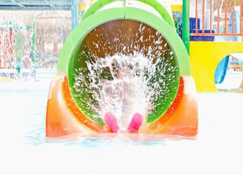 El espray del niño en el parque del agua foto de archivo