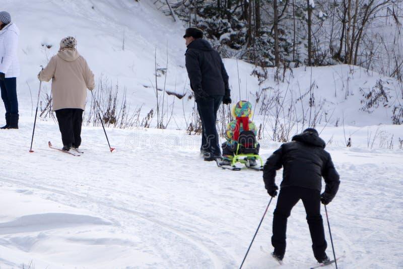 El esquí en un esquiador soleado del día-uno monta abajo para la competencia del invierno en deportes de la nieve que entrena y r foto de archivo libre de regalías