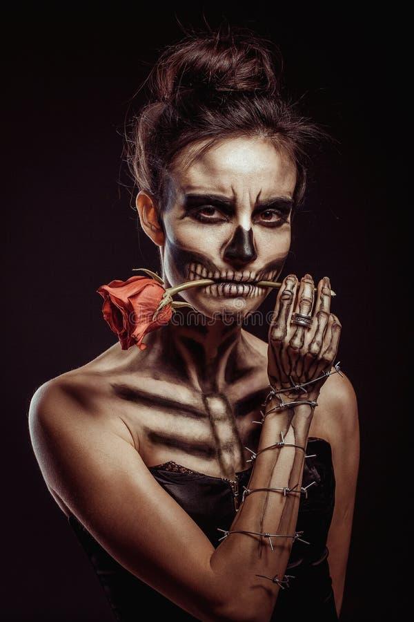 El esqueleto de la muchacha en el estudio fotografía de archivo