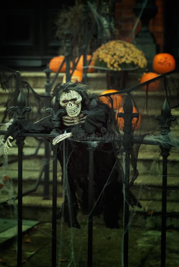 El esqueleto espeluznante dreesed en la decoración negra el Halloween fotografía de archivo