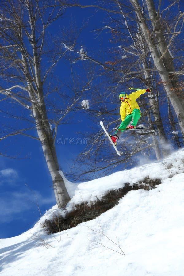 El esquiador que salta contra el cielo azul fotos de archivo libres de regalías