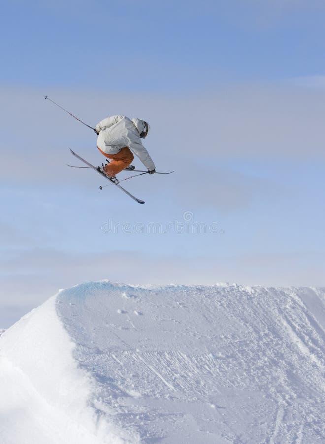 El esquiador salta 360 imagen de archivo