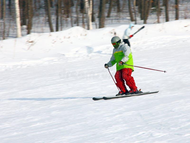 El esquiador va rápidamente de la montaña imagen de archivo