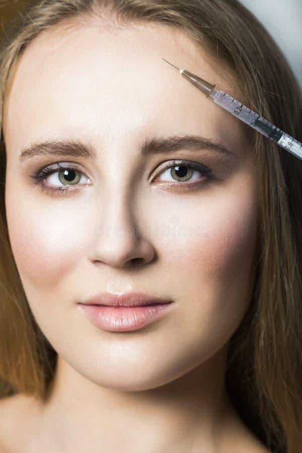 El estético del doctor hace la corrección y el aumento de los labios al paciente femenino imagen de archivo libre de regalías