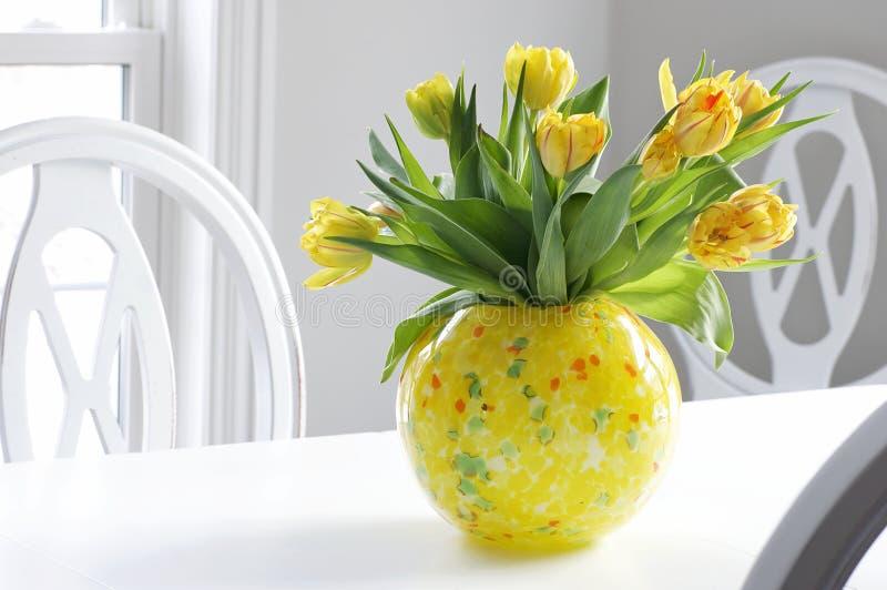 Decoración casera - tulipanes amarillos   imágenes de archivo libres de regalías