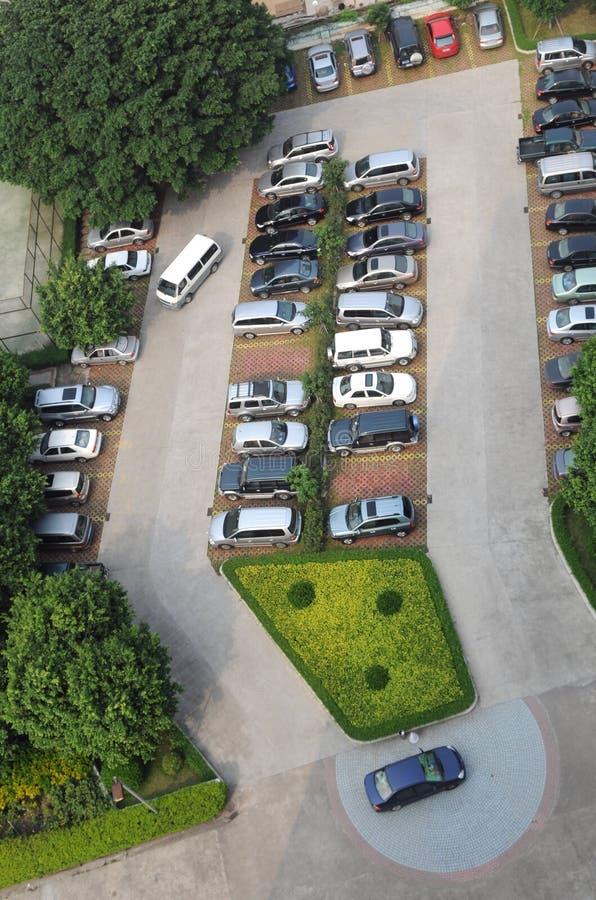 El estacionamiento con los coches imagenes de archivo