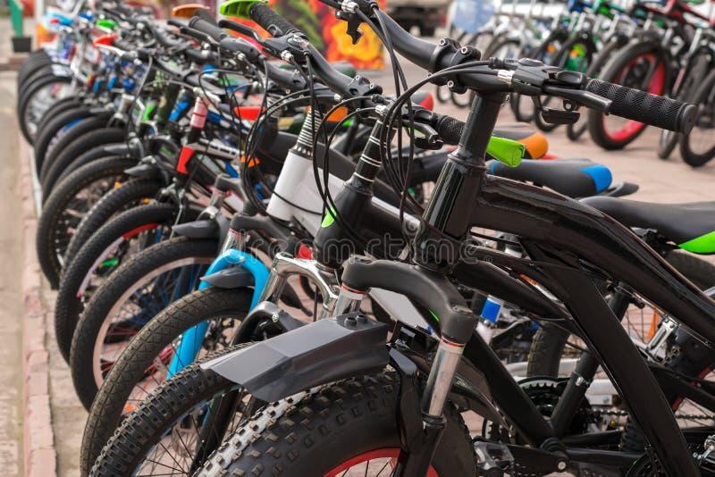 El estacionamiento del ` a estrenar s del adolescente monta en bicicleta en el asfalto, venta fotografía de archivo libre de regalías