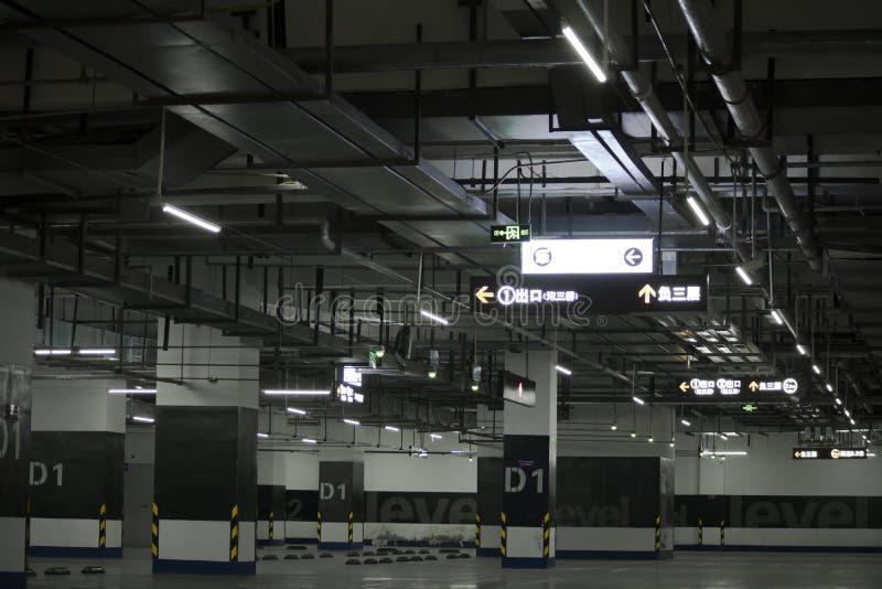 El estacionamiento subterráneo vacío con el sistema de tubo complejo imagen de archivo libre de regalías