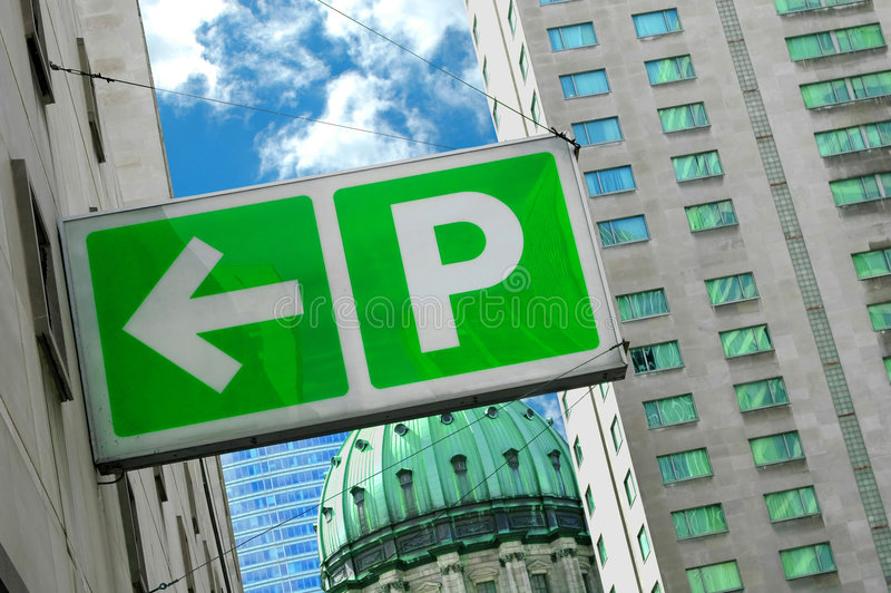 El estacionar firma adentro hacia el centro de la ciudad imagen de archivo