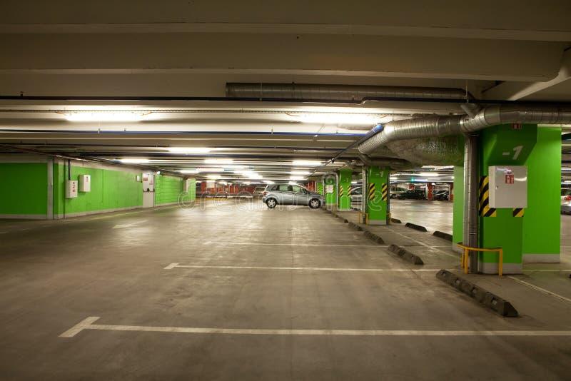 El estacionar garage interior/de subterráneo foto de archivo